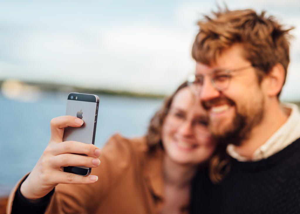 Par som tar en selfie på fjordcruise i oslo. Anbefalte aktiviteter i Oslo? Fjordcruise med rekebuffet er en sikker vinner.
