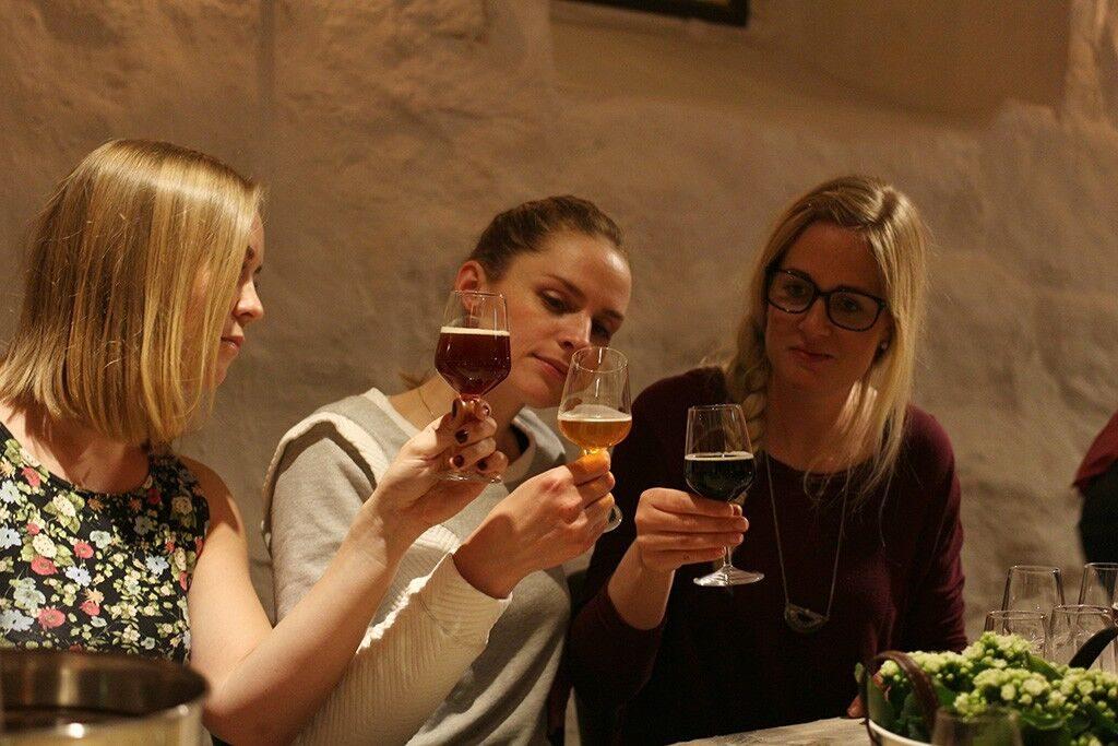 Tre damer som smaker på øl på ølsmaking oslo.