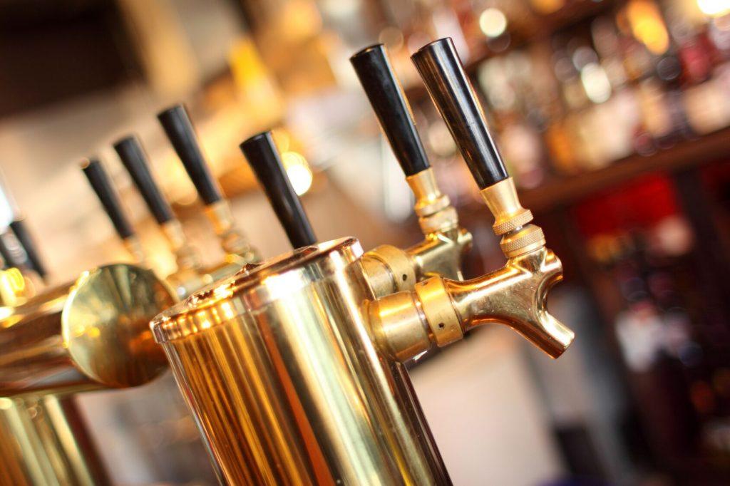 Tappekran for øl. Bli med på ølsmaking Oslo for å lære mer om hvordan øl produseres.