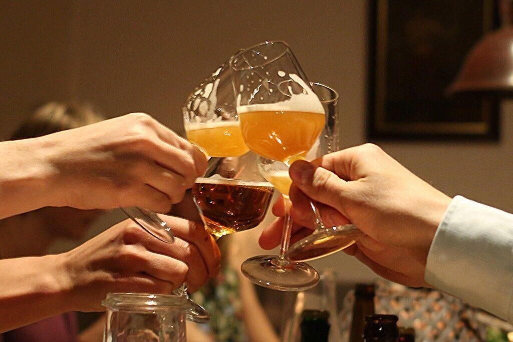 En damer som lukter på øl. Bli med på ølsmaking i Oslo.