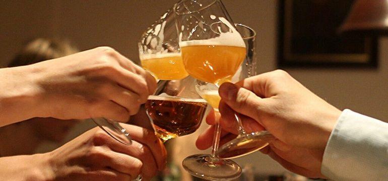 Deltakere som skåler i øl på ølsmaking Oslo. Bli med på ølsmaking i Oslo.