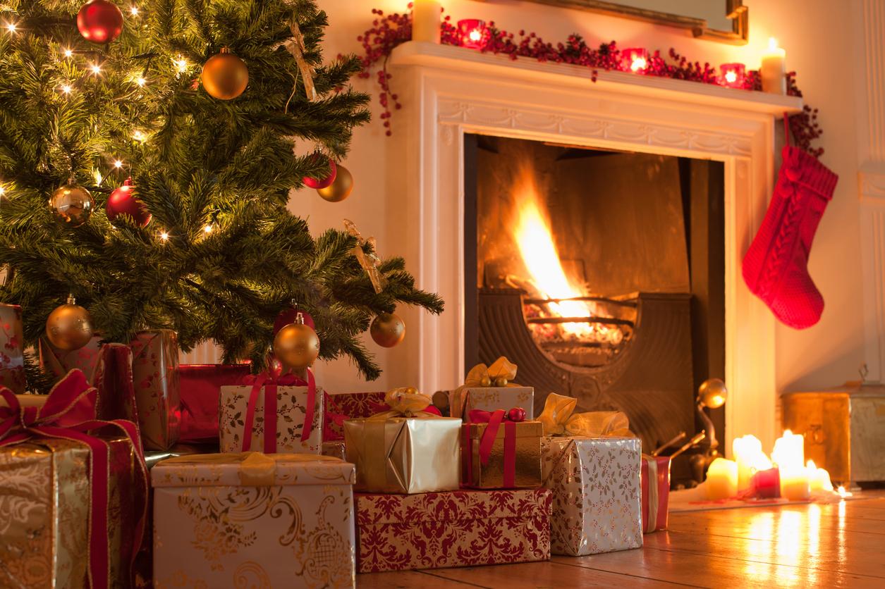 Juletre med pakker ved peisen. Julegavetips 2017.