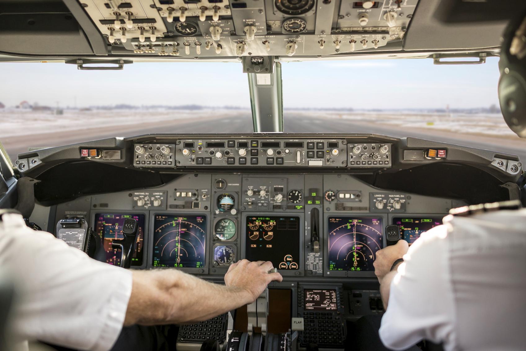 To menn som sitter i en flysimulator. Kjøp årets julegaver på nett.