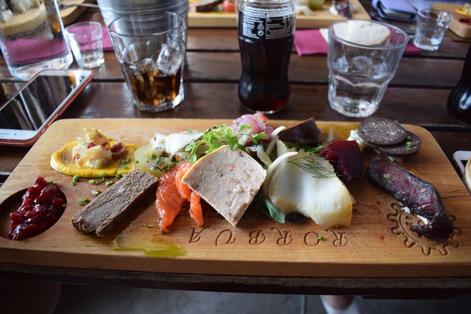 På bryggekanten får vi smake på nordnorske delikatesser. Ingen tvil om at det finnes mye matinspirasjon å hente her.