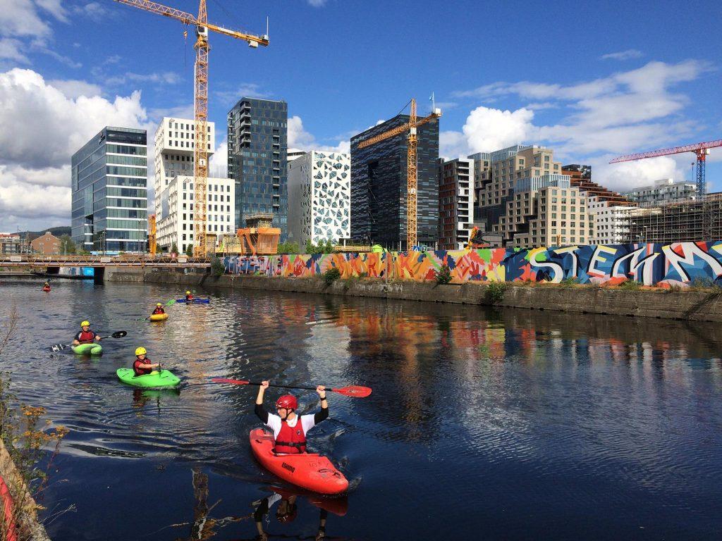 Elvepadling i Akerselva er en aktivitetsgave i Oslo der man får oppleve byen på en helt ny måte.