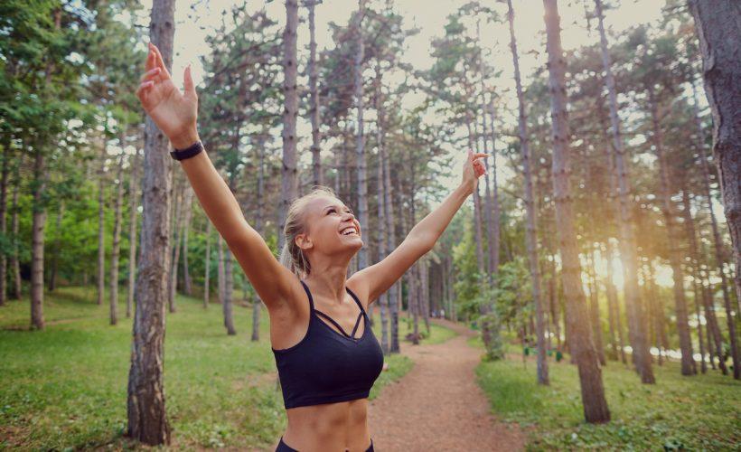 Ta med deg feriefølelsen inn i hverdagen. Glad jente på joggetur.